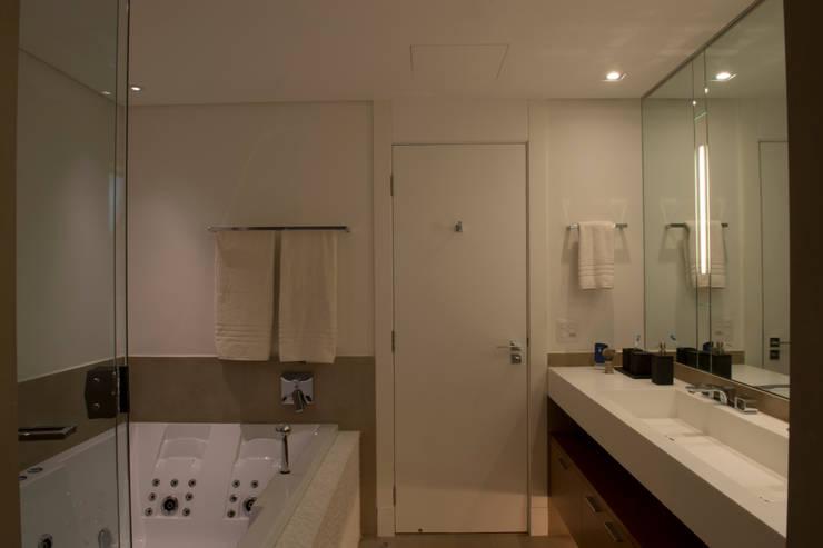 Banheiro Casal:   por Lembi Arquitetura