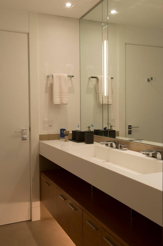 Banheiro Casal 01:   por Lembi Arquitetura