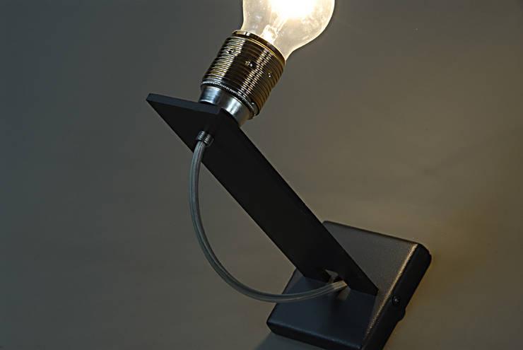 Lampada parete: Ingresso, Corridoio & Scale in stile in stile Industriale di RB-Progetti