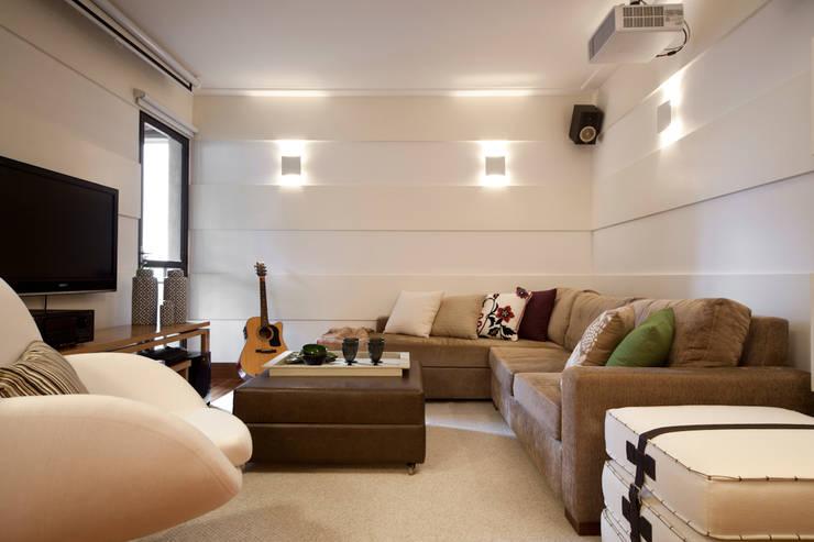 Sala de TV:   por Lembi Arquitetura