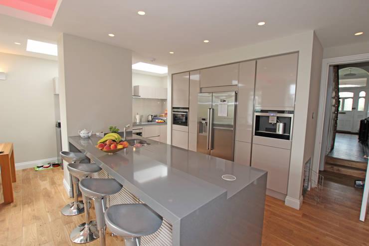 Cashmere gloss laminate kitchen:  Kitchen by LWK Kitchens