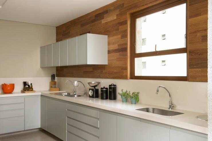 Cozinha 04:   por Lembi Arquitetura