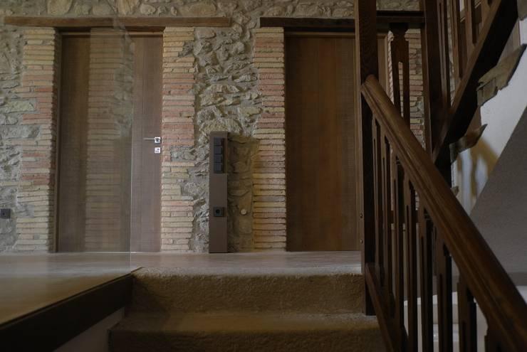 ESCALERA: Pasillos y vestíbulos de estilo  de KITS INTERIORISME