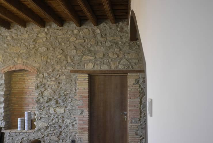 CASA RURAL EN GURB VIC (BARCELONA): Pasillos y vestíbulos de estilo  de KITS INTERIORISME