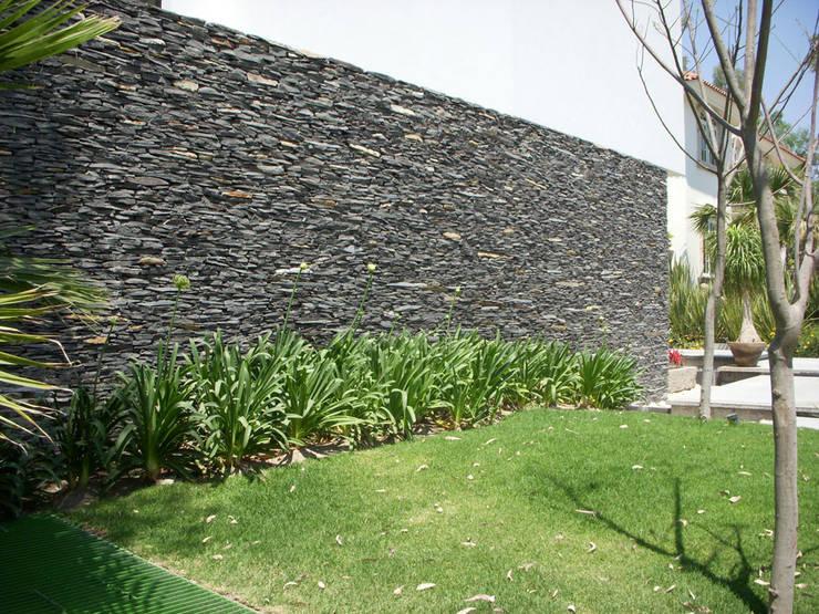 Jardines de estilo moderno por Piedra Serena