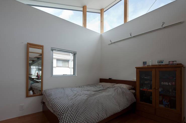 小さくて広い家: Studio R1 Architects Officeが手掛けた寝室です。