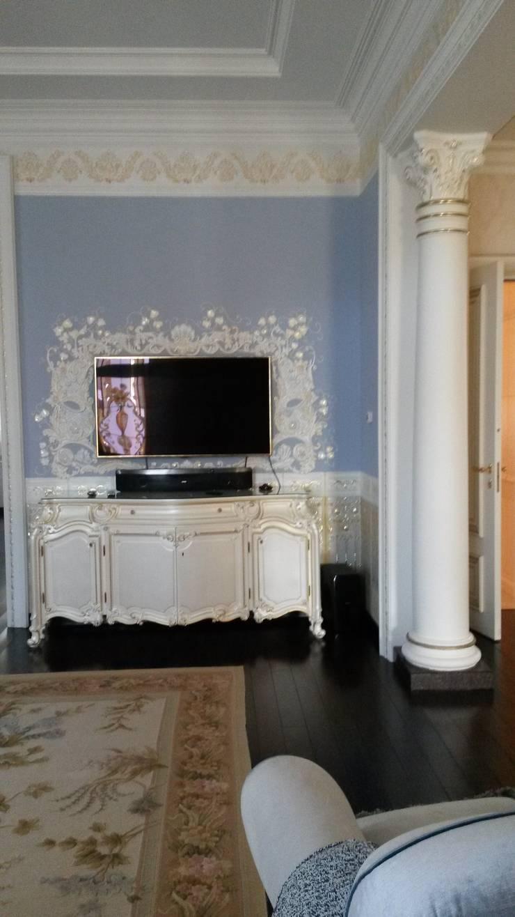 линкруста и рамка у телевизра: Гостиная в . Автор – Абрикос