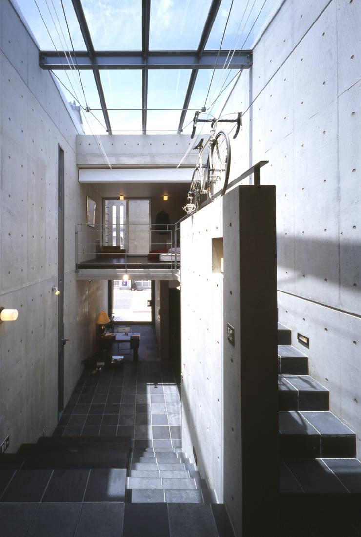 ギャラリスペース: 久保田英之建築研究所が手掛けたリビングです。,モダン