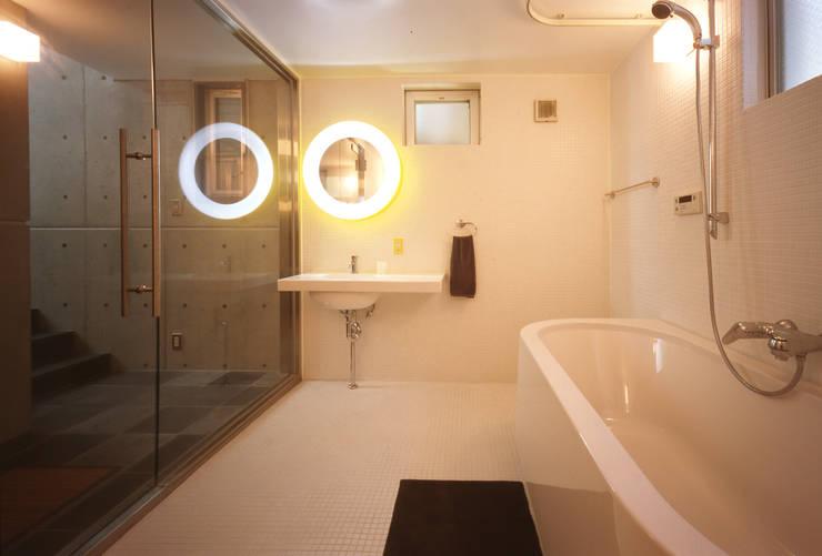 サニタリー: 久保田英之建築研究所が手掛けた浴室です。,モダン