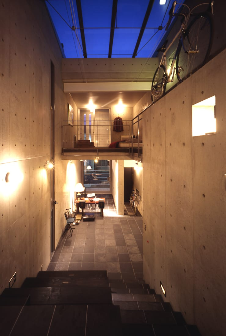 ギャラリースペース夜景内観: 久保田英之建築研究所が手掛けたリビングです。,モダン
