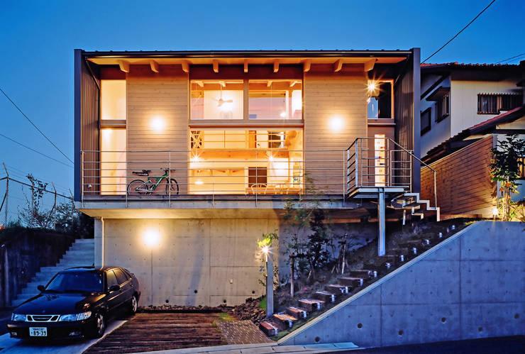 夜景外観: 久保田英之建築研究所が手掛けた家です。,モダン