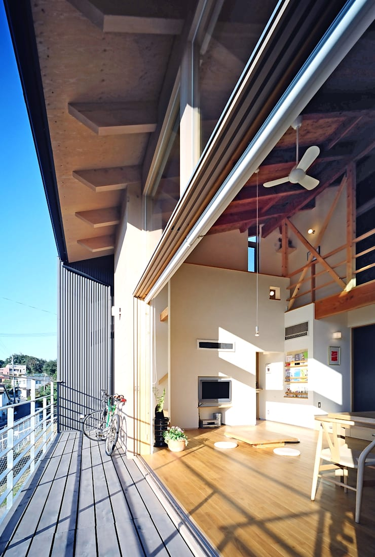 デッキテラス: 久保田英之建築研究所が手掛けたテラス・ベランダです。,モダン