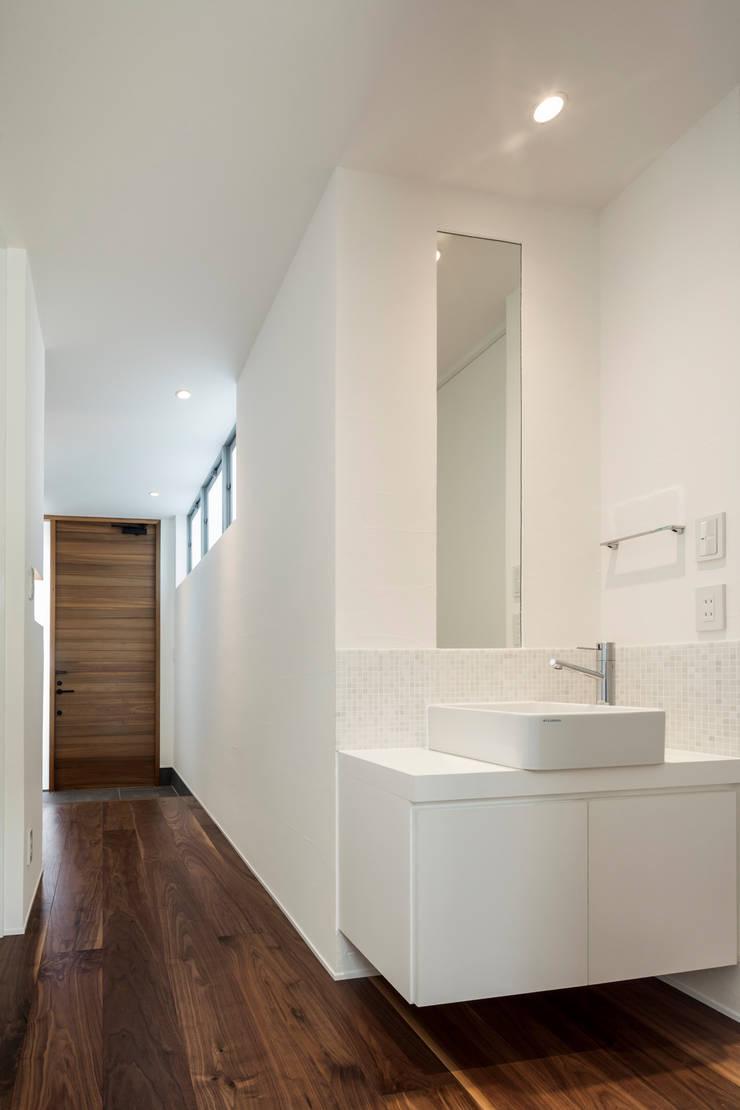 道後のコートハウス: 株式会社細川建築デザインが手掛けた廊下 & 玄関です。