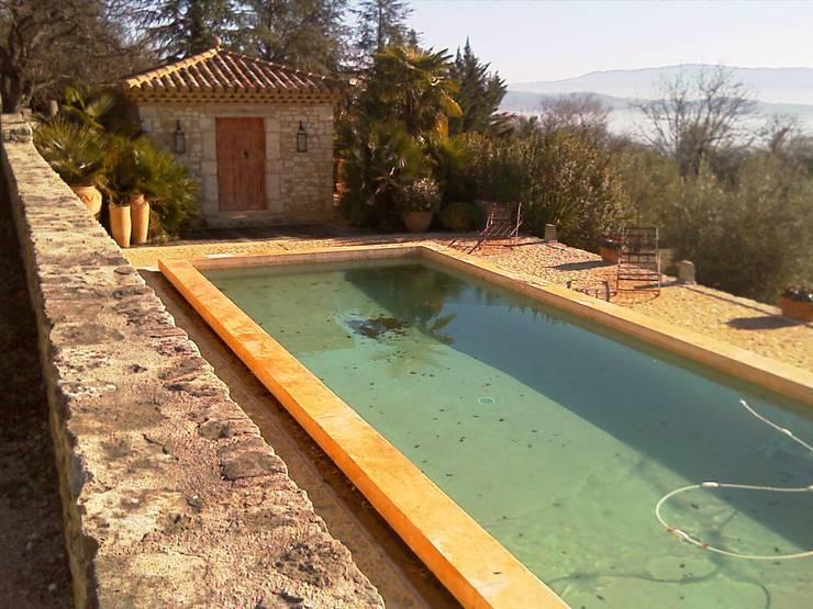 piscine dans le Luberon: Piscines  de style  par ESPRIT SUD