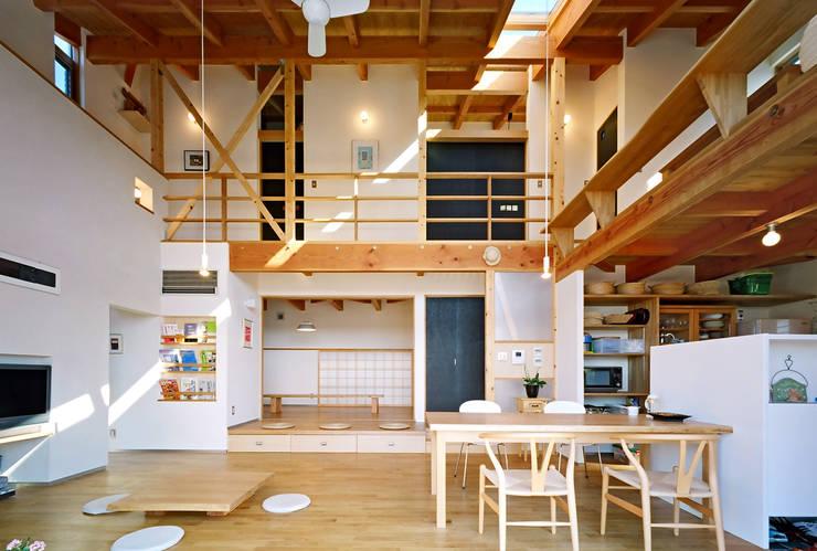 リビングの吹き抜け空間: 久保田英之建築研究所が手掛けたリビングです。,モダン