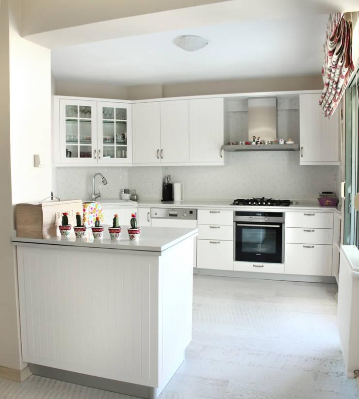 As Tasarım - Mimarlık – G.TURGUTLU BORNOVA EVİ: eklektik tarz tarz Mutfak