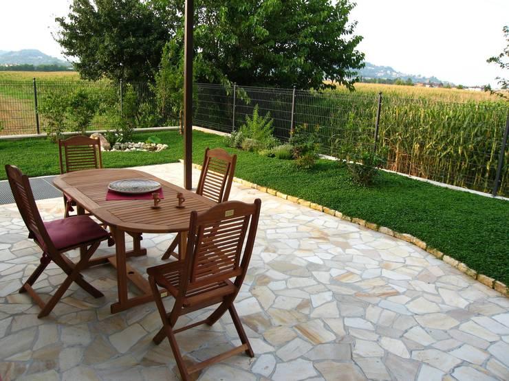 casa C: Giardino in stile in stile Mediterraneo di Giuseppe Maria Padoan bioarchitetto - casarmonia progetti e servizi