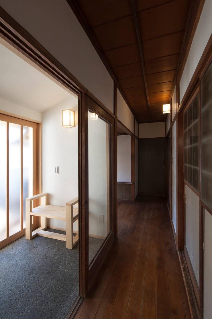 馴染み深い廊下と新たな繋がり: 結人建築設計事務所が手掛けた廊下 & 玄関です。,和風