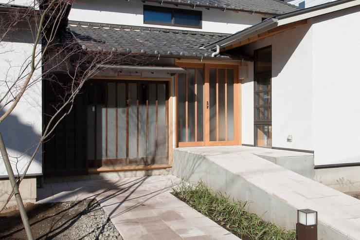 新旧並ぶ玄関: 結人建築設計事務所が手掛けた家です。,クラシック