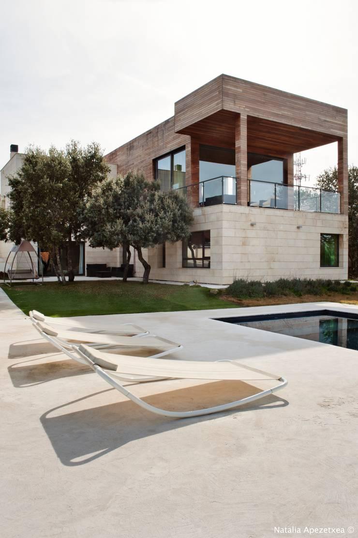 Madera y piedra, para una casa Cielo.: Casas de estilo  de AREA FENG SHUI │Arquitectura Interiorismo y Decoración Feng Shui