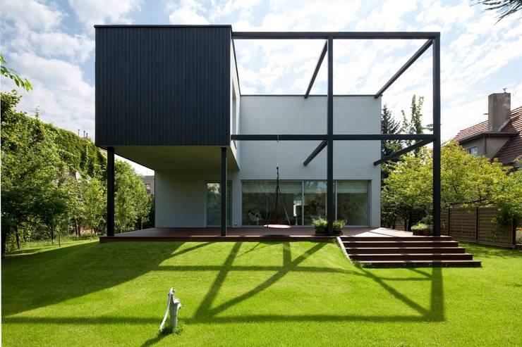 Dom Czarna Kostka: styl , w kategorii  zaprojektowany przez Kameleonlab.
