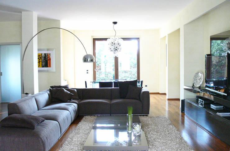 Casa M: Soggiorno in stile  di Stefania Paradiso Architecture