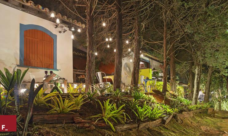 Jardines de estilo ecléctico de Fadel Arquitetura