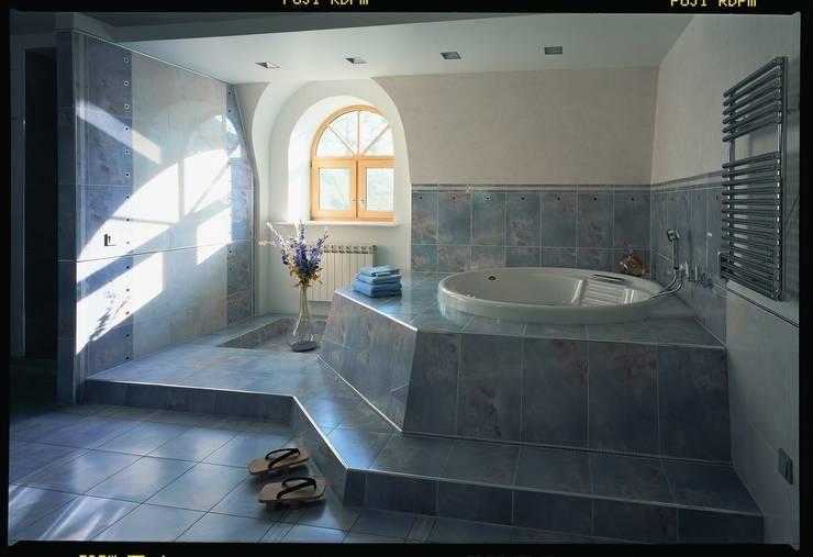 Дом в стиле Zen: Ванные комнаты в . Автор – Studio B&L