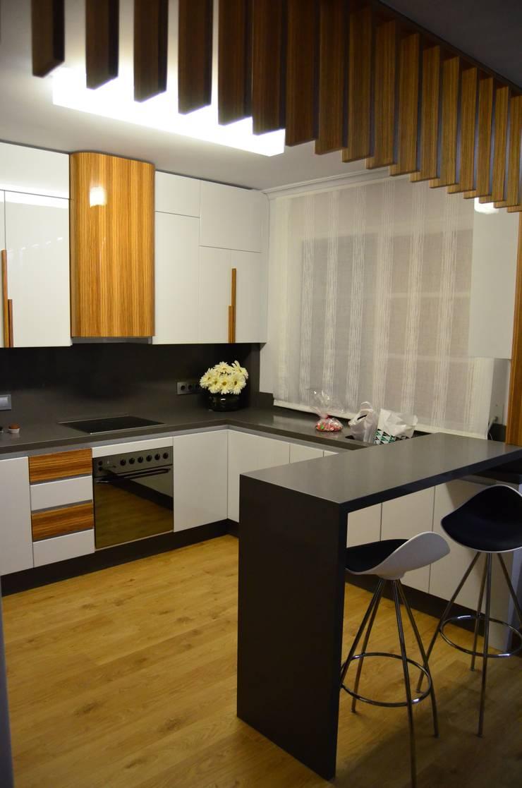 Intercomunicación. Reforma de vivienda.: Cocinas de estilo  de ZimmeR designer