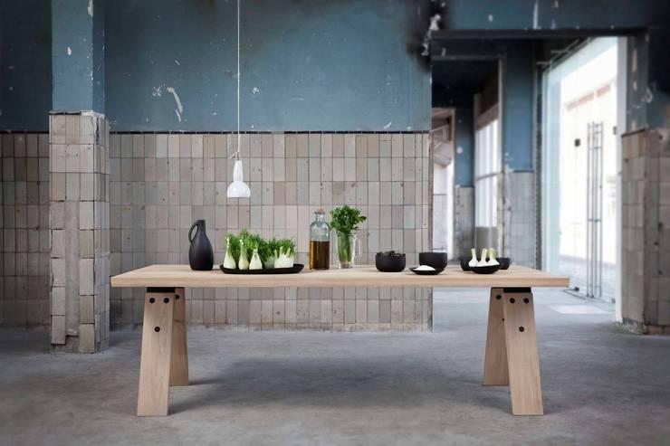Branch eettafel in gebruik:  Eetkamer door Marc Th. van der Voorn