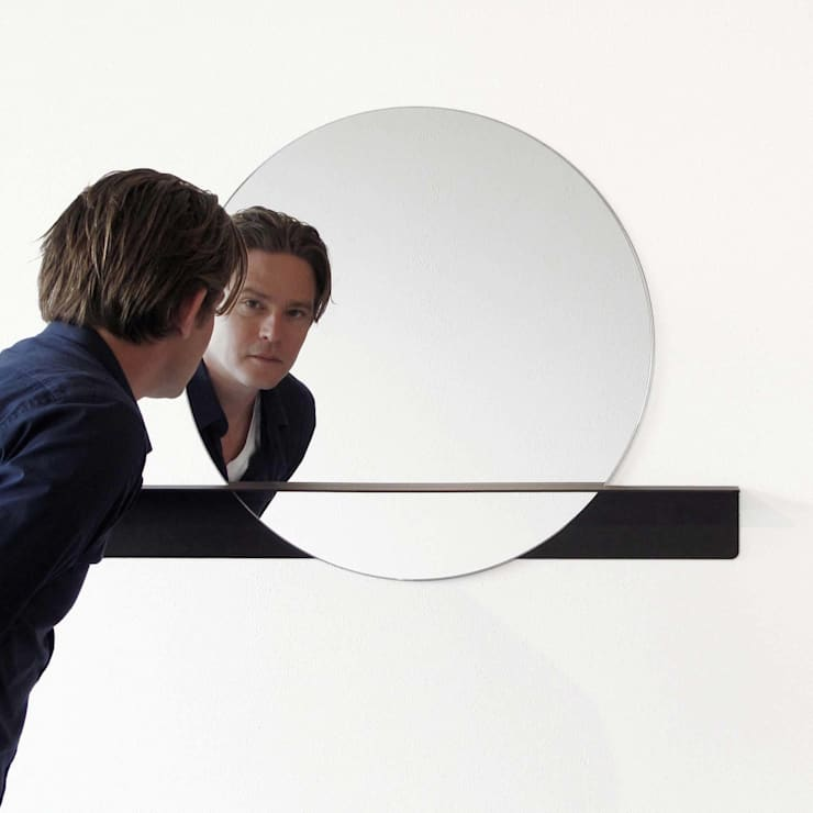 Marc met zijn Slide mirror 'round:  Badkamer door Marc Th. van der Voorn