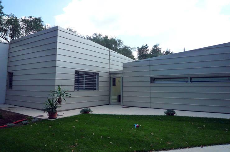 Casa Cataldo: Case in stile in stile Moderno di raffaele iandolo architetto