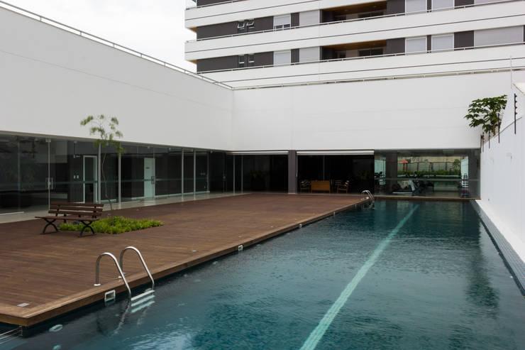 Pátio de lazer e piscina: Piscinas modernas por JOBIM CARLEVARO arquitetos