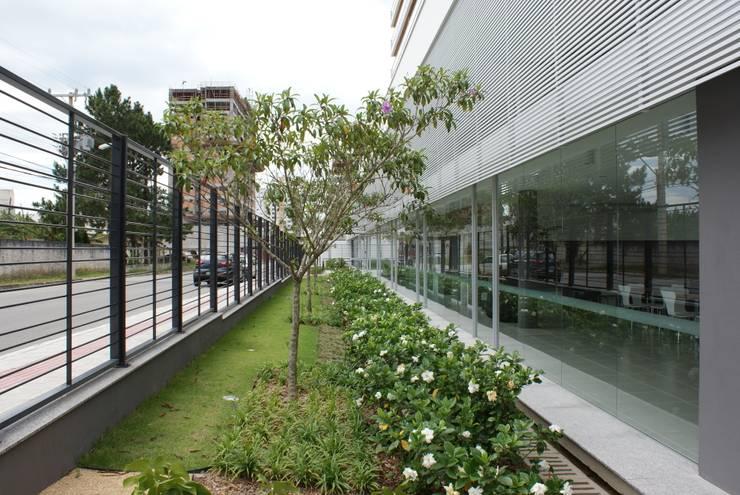 Jardim frontal: Jardins modernos por JOBIM CARLEVARO arquitetos