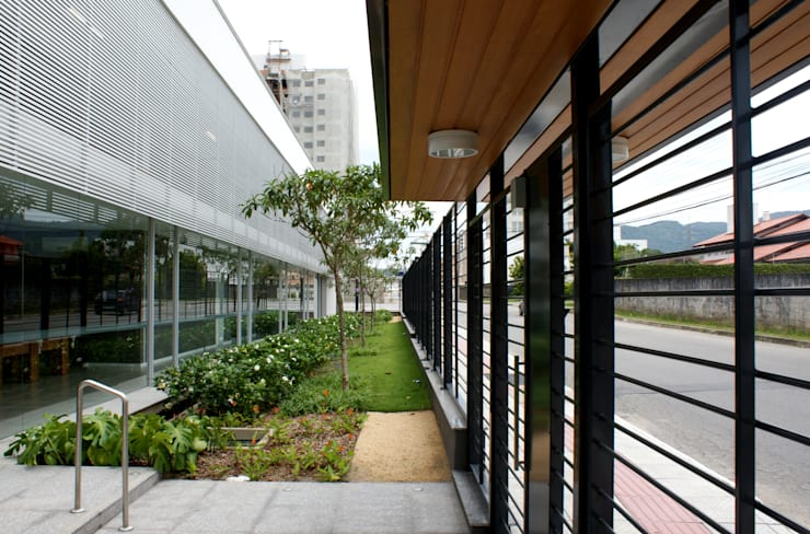 Residencial Le Vert: Jardins modernos por JOBIM CARLEVARO arquitetos