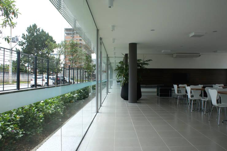 Área comum de lazer: Jardins modernos por JOBIM CARLEVARO arquitetos