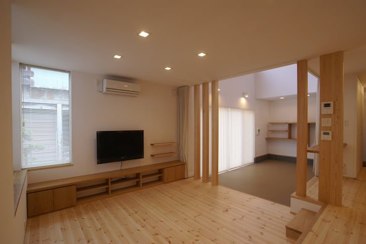 リビングスペース: 伊達剛建築設計事務所が手掛けたリビングです。
