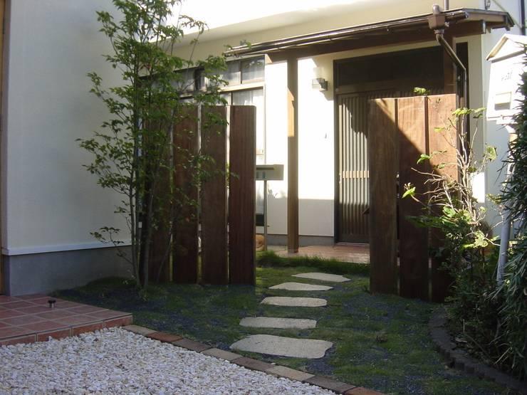 既存住宅: 伊達剛建築設計事務所が手掛けた庭です。
