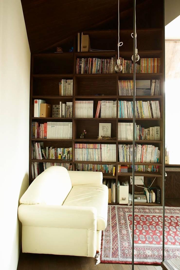 書斎1: 石塚和彦アトリエ一級建築士事務所が手掛けた和室です。,モダン