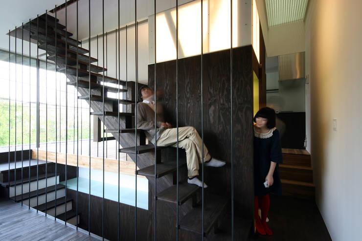 階段: 石塚和彦アトリエ一級建築士事務所が手掛けた廊下 & 玄関です。,モダン