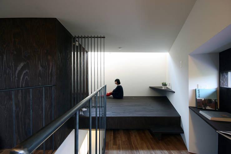主寝室2: 石塚和彦アトリエ一級建築士事務所が手掛けた寝室です。