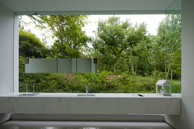 白의 집 _: NEED21 ASSOCIATES의  욕실