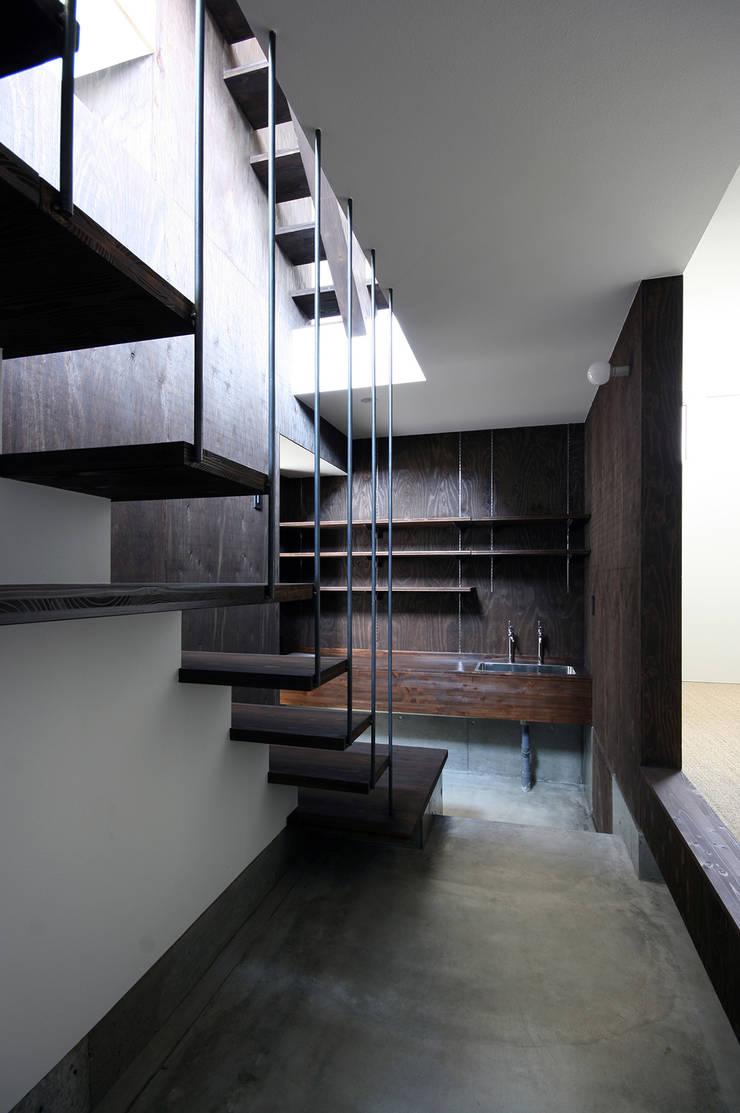 玄関・土間: 石塚和彦アトリエ一級建築士事務所が手掛けた廊下 & 玄関です。,モダン