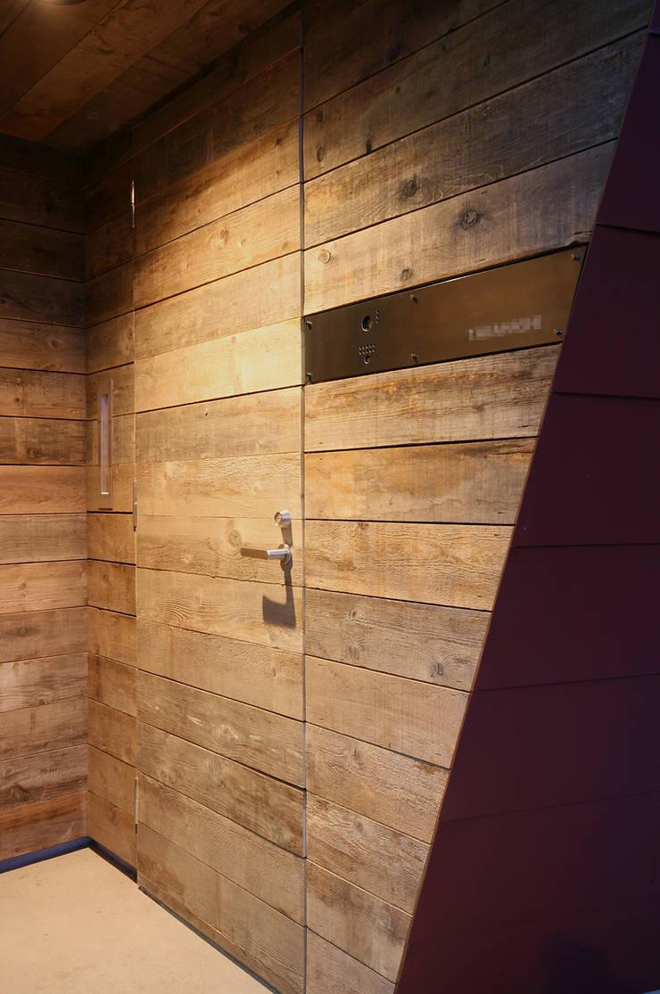 玄関: 石塚和彦アトリエ一級建築士事務所が手掛けた窓です。,モダン
