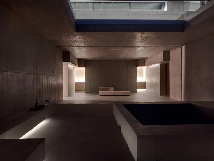 Wohnhaus . Erlenbach 2012 . gus wüstemann architects:  Flur & Diele von nachtaktiv GmbH