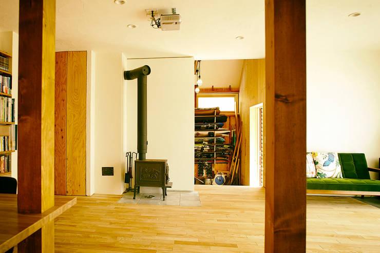 リビングルーム3: 石塚和彦アトリエ一級建築士事務所が手掛けたリビングです。,モダン