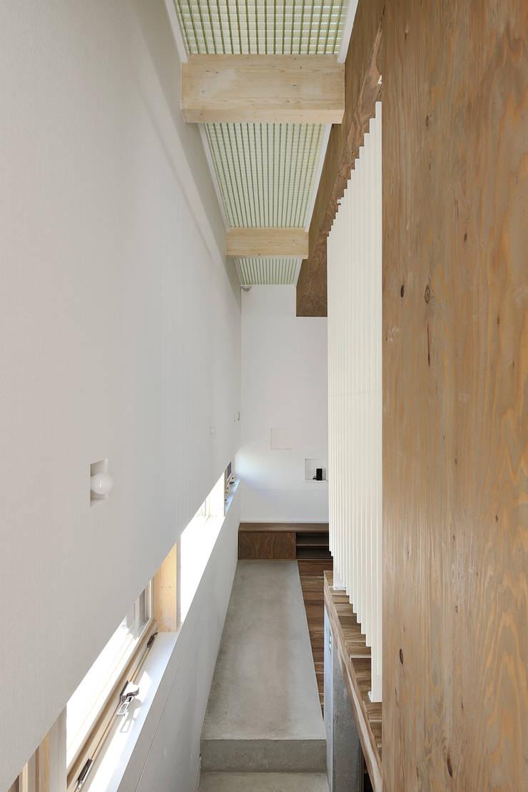廊下: 石塚和彦アトリエ一級建築士事務所が手掛けた廊下 & 玄関です。