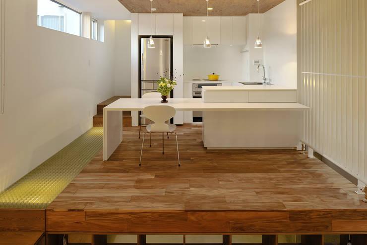 ダイニングルーム・キッチン1: 石塚和彦アトリエ一級建築士事務所が手掛けたダイニングです。