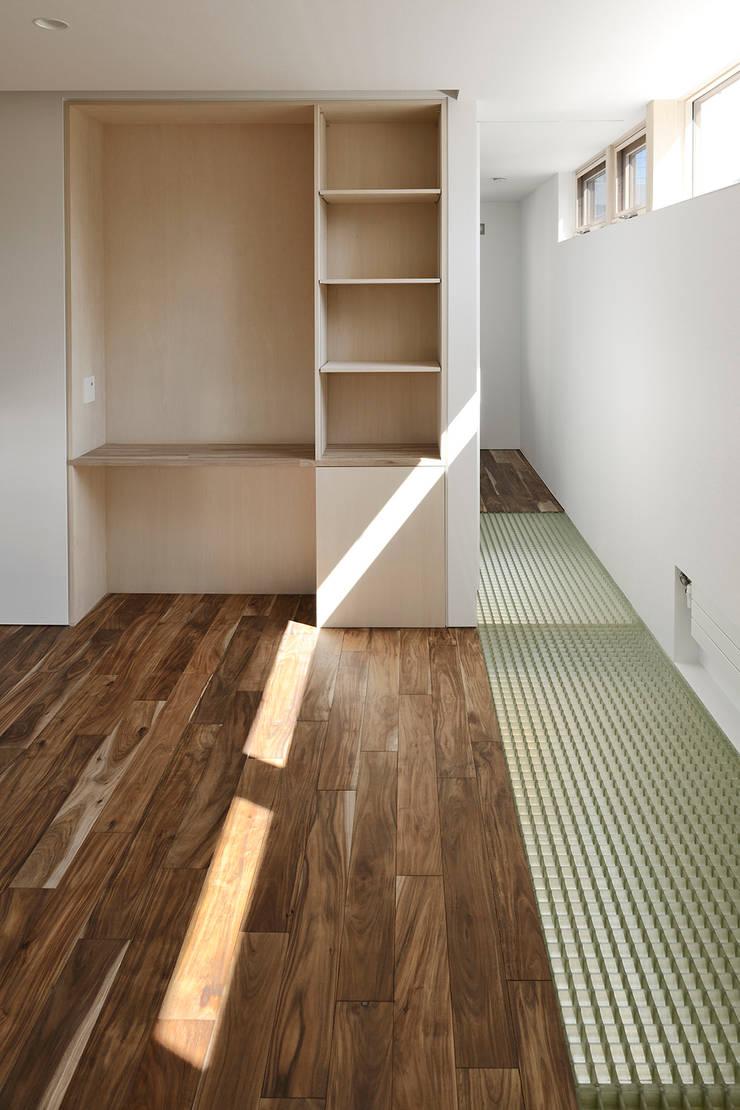 主寝室1: 石塚和彦アトリエ一級建築士事務所が手掛けた寝室です。