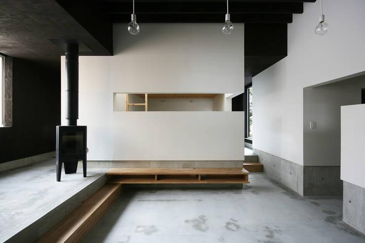 リビングルーム3: 石塚和彦アトリエ一級建築士事務所が手掛けたリビングです。